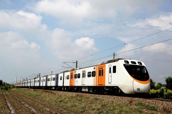 JR四國8000系列車塗裝彩繪列車,接下來3天主要行駛北部路段。(圖:台鐵局提供)