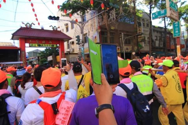 白沙屯媽祖鑾轎進入鹿港市區,穿越中山路。(林家聖提供)