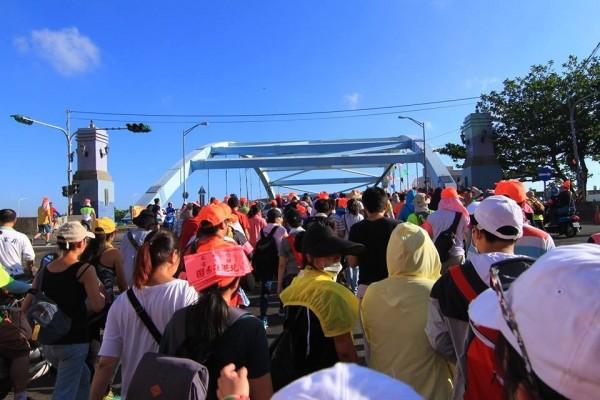 白沙屯媽祖穿越員大排上的藍色大橋,從彰化鹿港跨入福興鄉。(林家聖提供)