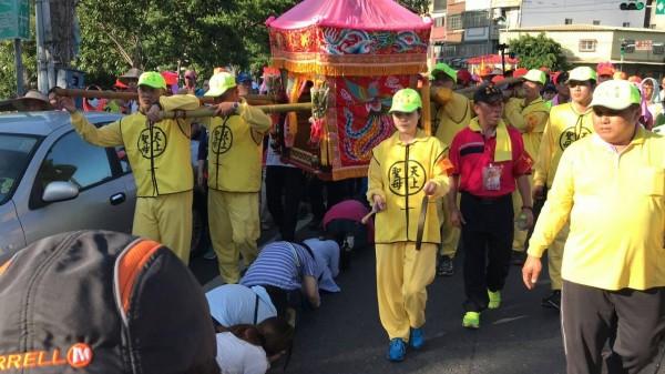 白沙屯媽祖進入鹿港,民眾搶著躦轎腳。(洛津文化工作室林千紘提供)