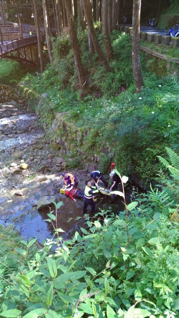 一名男子今上午被發現在阿里山森林遊樂區香林橋墜落重傷。(記者王善嬿翻攝)