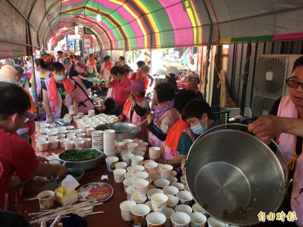 北港各地可見信徒準備各種豐盛熱食、冷飲,招待來自全國的香燈腳。(記者黃淑莉攝)