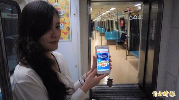 台北捷運今宣布車廂內專用WiFi開通,未來民眾搭捷運上網將不再斷線。(記者黃建豪攝)