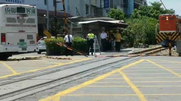 統聯公車撞斷平交道護欄,列車剛好駛近。(記者黃旭磊攝)