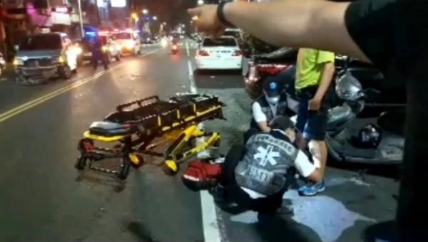 騎士酒駕擦撞汽車,買水狂灌還是逃不過酒測,機車騎士受傷送醫。(記者黃良傑翻攝)