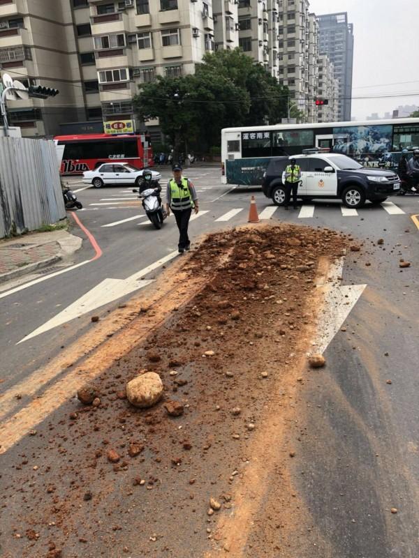 為維護民眾行車安全,警方立即實施單向分流管制。(記者許國楨翻攝)