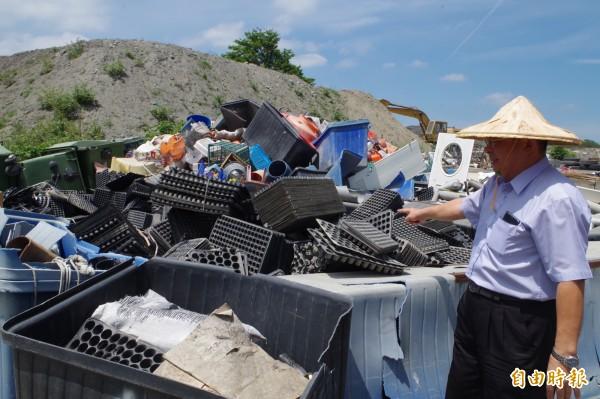 二崙鄉長鍾福助說資源垃圾分類完善,提高回收商收購意願,是該鄉資源回收物暢銷的秘訣。記者林國賢攝)