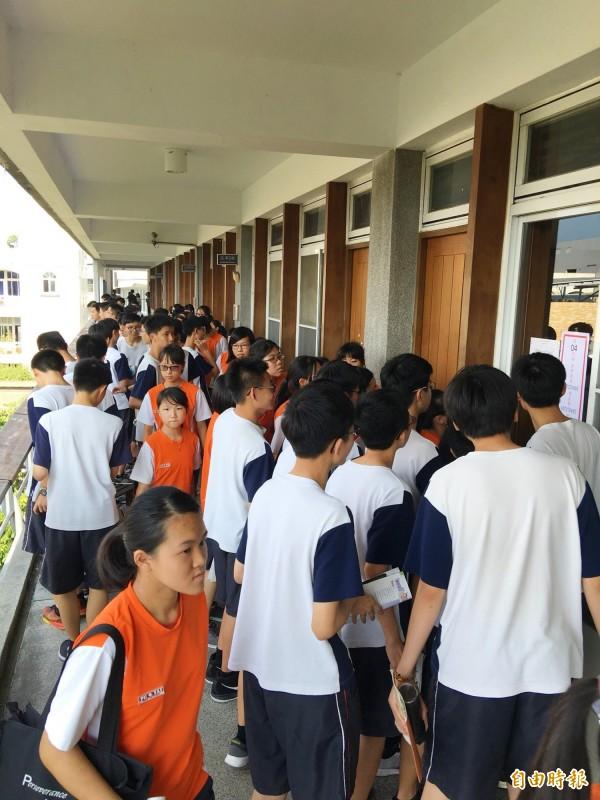 參加國中教育會考的考生,下午踴躍到位在暨大附中的考場看試場的位置和座位表。(記者陳鳳麗攝)