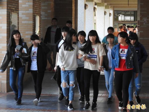 國中會考第2天考自然等3科目,中投區首節自然科298人缺考,並有7人違規。(記者佟振國攝)