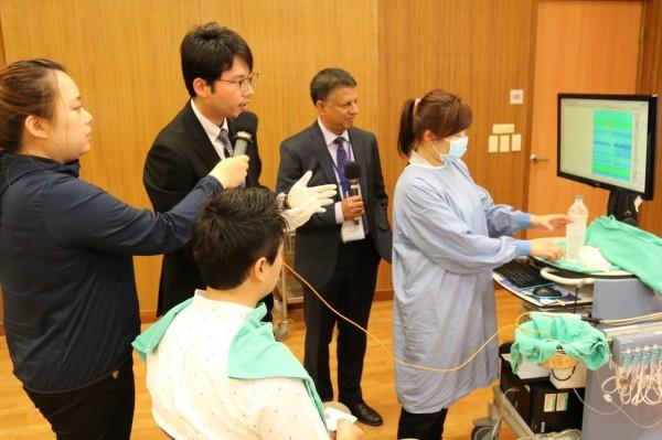 花蓮慈濟醫院的翁銘彣醫師(左二)也現場示範高解析度食道功能檢查,並連線至研討會現場更具臨場感。(花蓮慈濟醫院提供)