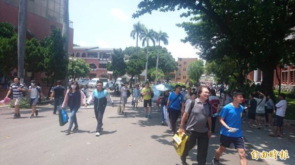 國中教育會考結束,台南考區缺考人數較前一天略增。(記者劉婉君攝)