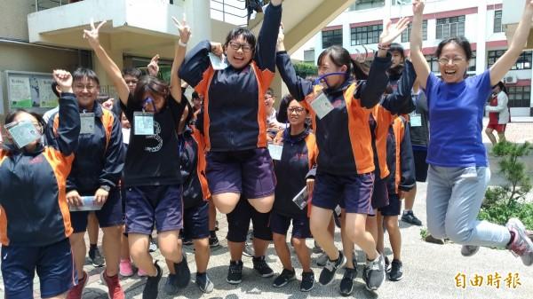 國中大會考圓滿結束,老師和考生興奮跳躍慶祝。(記者廖淑玲攝)