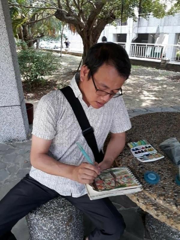 國立水里商工秘書洪春成在此次國中會考陪考時,利用時間做校園寫生,家人將他專注作畫情況po在臉書分享。(取自洪春成臉書)