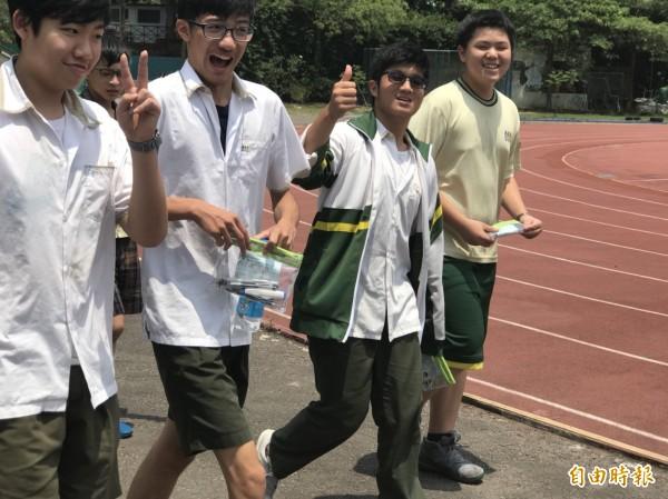 會考結束後,學生開心步出考場,笑稱終於解脫了。(記者陳昀攝)