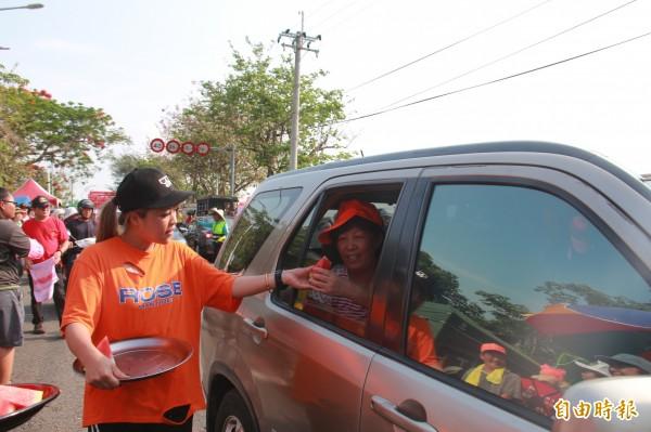 白沙屯媽祖進香回鑾彰化,在地鄉親提供西瓜為隨程香燈腳解渴打氣。(記者陳冠備攝)