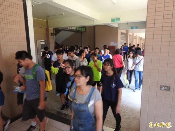 國中教育會考昨第二天考試,考試結束後考生們步出考場。(記者方志賢攝)