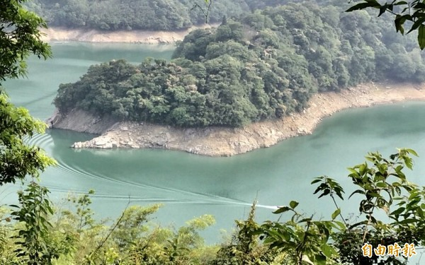 石門水庫蓄水率跌破50%,上游集水區的岩石已裸露一大截。(記者李容萍攝)