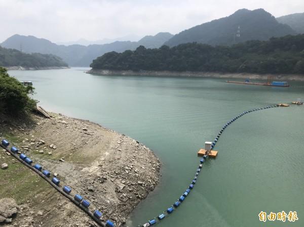 石門水庫蓄水率跌破50%,大壩的岩石已裸露一大截。(記者李容萍攝)