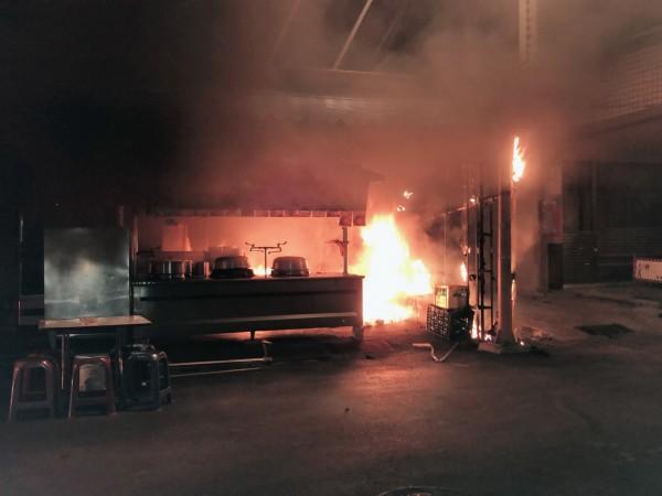 昨天凌晨,台南市南區長南街的阿國鵝肉店打烊後遭人縱火。(記者王俊忠翻攝)
