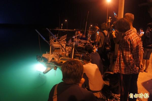 鎖港漁船意外捕獲鬼蝠魟消息傳出,吸引大批民眾前往關心。(記者劉禹慶攝)