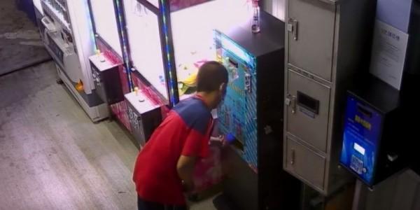 孫男犯案後還用疑似布條等擦拭兌幣機,以免留下指紋。(記者歐素美翻攝)