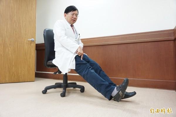 醫師呂克修指膝關節疼痛,可做股四頭肌運動保護,加強支撐力。(記者蔡淑媛攝)