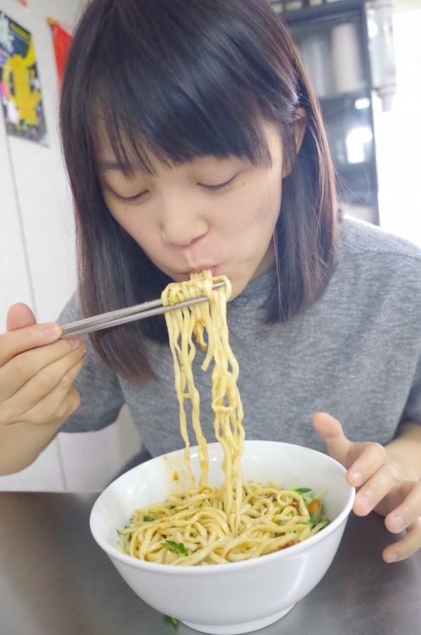 顧客黃小姐說,愛吃重口味的一定會愛吃茂記的麵,辣椒和花椒很道地。(記者花孟璟攝)