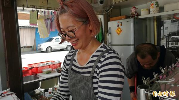 老婆在攤子忙煮麵,老公在後面當專業跑堂兼洗碗打掃,夫妻倆合作無間。(記者花孟璟攝)