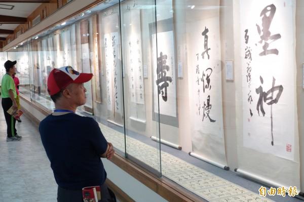 南鯤鯓廟舉辦「期頤登峰書法家聯展」,展出20位百歲人瑞書法名家的傳世墨寶。(記者楊金城攝)