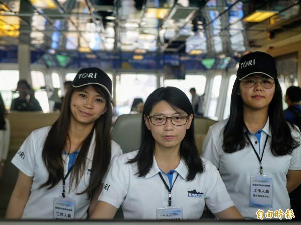 台灣最大的海研船勵進今天在高雄港正式啟用,船長黃久倖(中),還有忍耐高溫在輪機室維護機械安全的三管輪黃淑毅(左)、輔助船長的三副羅穎(右)都是女性。(記者簡惠茹攝)