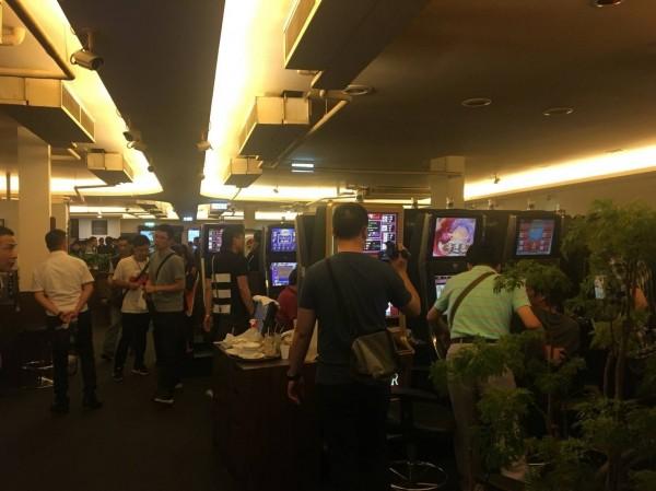 警方於該電子遊藝場查獲大量賭博性電玩。(記者鄭名翔翻攝)