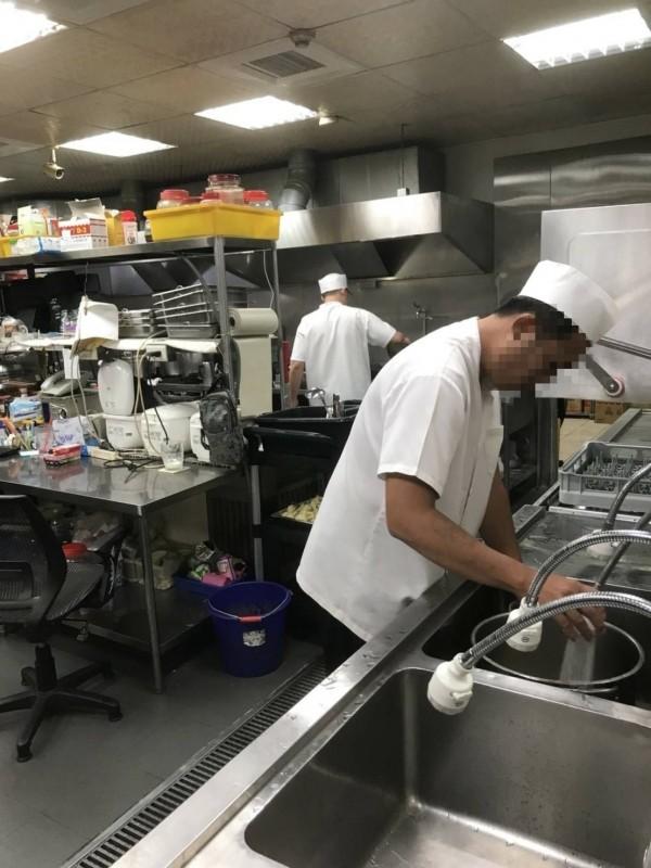 業者「貼心」找來專門廚師料理美食。(記者鄭名翔翻攝)