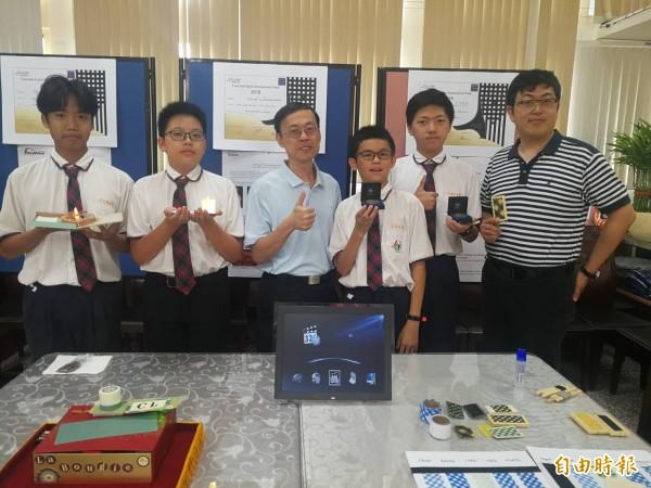 有得雙語中小學國中部學生張博堯(右二)、王教倫(右三)、蔡鎔宇(左一)、謝長融(左二)赴法參加發明展獲獎。(記者許倬勛攝)