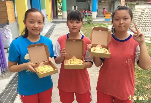學生自製披薩。(記者楊金城攝)