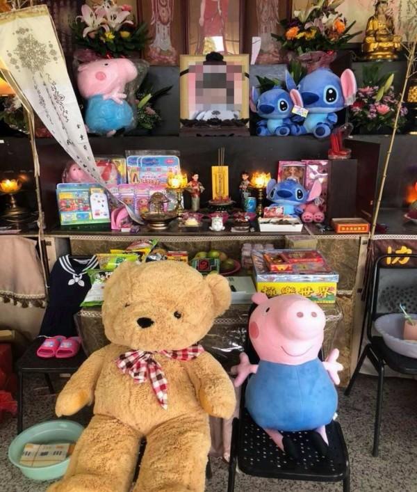 彰化殯儀館女童的靈堂前,湧入大批民眾送來的玩具、點心與紙錢,希望女童能當個快樂的小天使。(記者湯世名翻攝)