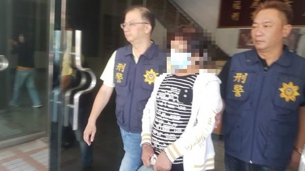 王姓婦人被依殺人未遂罪嫌移送嘉義地檢署。(記者丁偉杰攝)