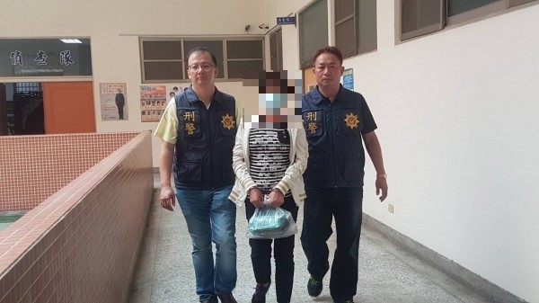 王姓婦人在移送前,面對媒體詢問為何殺人時表示,「殺她時,我還有跟她說對不起!」(記者丁偉杰攝)