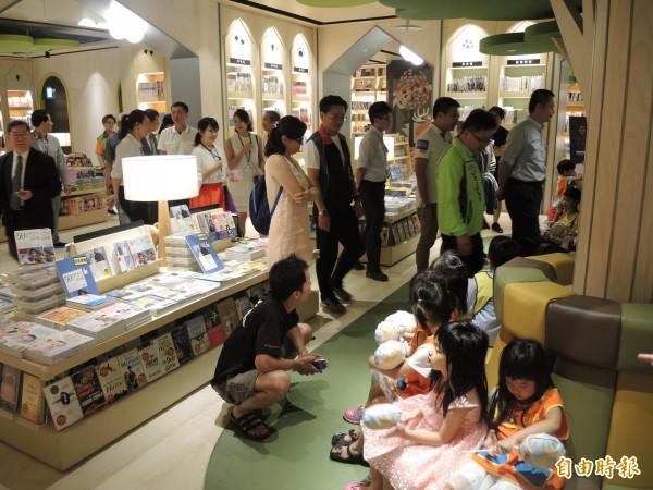 樹林區大型書店「小書房」在秀泰生活樹林店開幕。(記者翁聿煌攝)