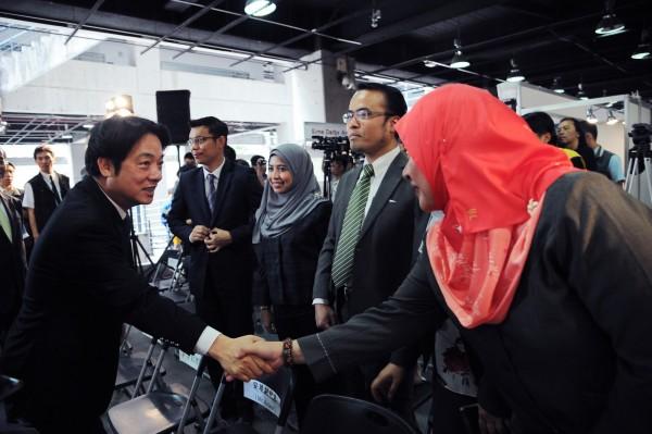 行政院長賴清德今日出席「馬來西亞僑台商攬才博覽會」開幕典禮,與馬來西亞外國人士進行交流,推展新南向政策。(行政院提供)