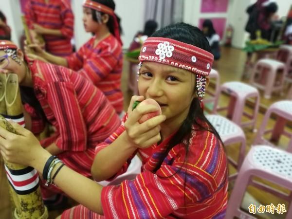 泰雅族小朋友也愛水蜜桃的好滋味。(記者許倬勛攝)