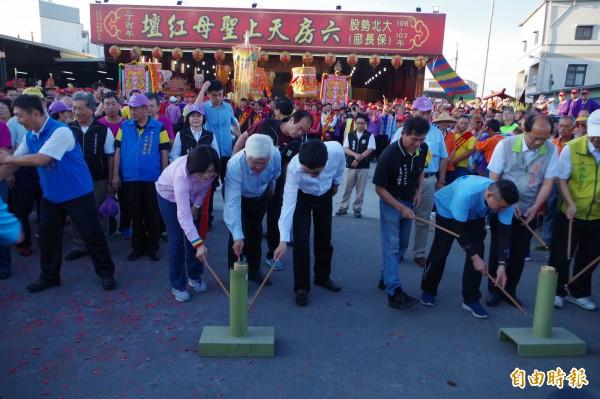 縣長李進勇(左2)、立委張麗善(左1)、劉建國(左3)點起馬炮,六房媽過爐正式展開。(記者林國賢攝)