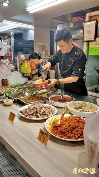 馬才淯堅持在菜市場裡穿制服,他認為這是一個品牌的象徵,也代表著廚師的專業度。(記者楊心慧攝)