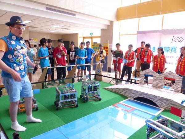 2018FGC台灣區選拔賽首度舉辦,於明新科大登場,吸引喜好機械人的高中職及國中學生組隊參賽。(明新科大提供)
