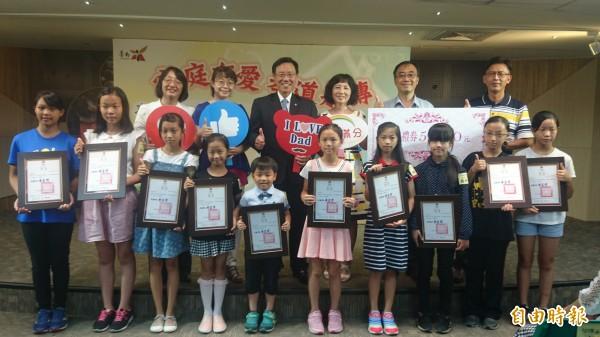 台南市表揚20組慈孝家庭楷模。(記者劉婉君攝)