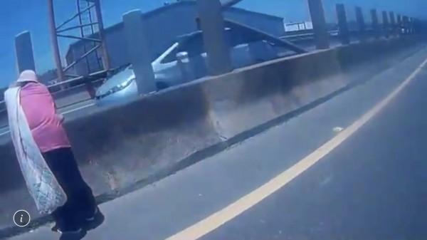 66歲梁姓阿嬤誤闖台66線快速道路、呆站分隔道,過程驚險。(記者李容萍翻攝)