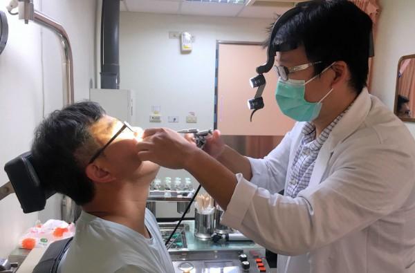 支援衛福部南投醫院的國軍台中總醫院耳鼻喉科醫師吳昭寬,就曾姓男子鼻塞症狀進行檢查。(南投醫院提供)