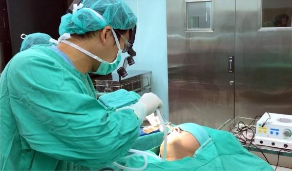 支援衛福部南投醫院的國軍台中總醫院耳鼻喉科醫師吳昭寬,就曾姓男子鼻塞症狀進行「鼻部無線射頻微創手術」情形。(南投醫院提供)