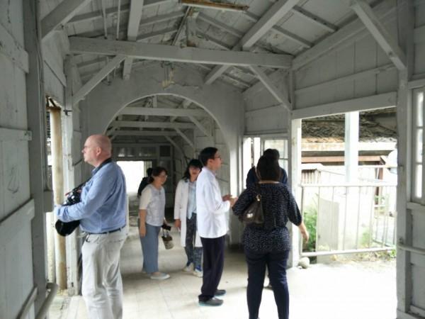 亞洲產業文化資產論壇28日邀六國專家學者至樂生療養院進行參訪,圖為王字型建築的木造走道,使用拱圈、迴廊打造。(樂生療養院提供)