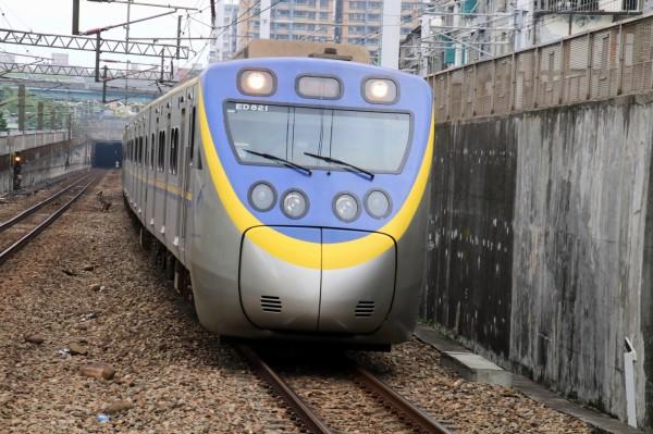 台鐵將新購520輛區間客車,第一批最快109年底可投入營運。圖為現行EMU800型區間車。(圖:台鐵局提供)
