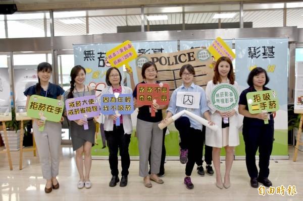 彰基社區健康促進中心主任劉晏孜(右二)希望透過活動提醒大家抽菸的壞處,以及戒菸的重要性。(記者湯世名攝)